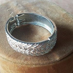 Silver closing cuff bracelet